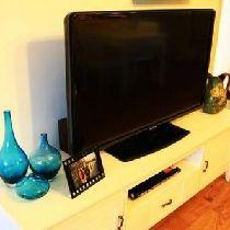 电视柜、茶几、餐桌椅、沙发旁边的小方几都是网购的。