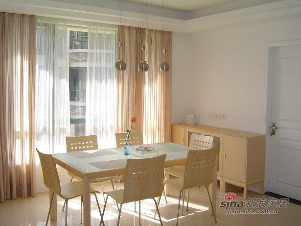 朝西的餐厅,在下午3、4点中的时候,缕缕阳光透过薄纱,这个时刻,餐厅是全家的亮点。
