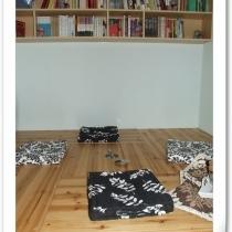 摇下去的小桌子会和旁边的地方成为一个平面