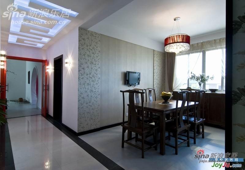 餐厅,墙面贴的是中式花鸟纹的壁纸,很朴素。吊灯也用了红色的,为了能和红门相称