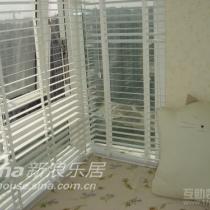 飘啊窗的细部,可以看见漂漂墙纸了不?我最喜欢的,飘窗外面部分装的是白色的竹百叶窗,里面是一层纱.飘窗上的垫子是订做的,面料花纹和墙纸是不是很象