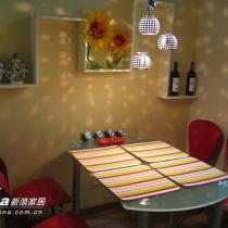 桌子是可以变成圆桌的 那样就可以让6个人一起吃饭没有问题