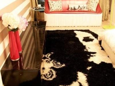 二层衣帽间,红色壁纸配白色衣柜,色彩鲜明。