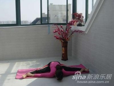 在新家的露台上做瑜伽