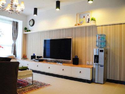 没有复杂的造型,利用灯光的效果去诠释整体效果。电视背景墙条纹壁纸彰显现代时尚的风范。