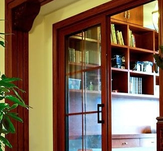 书房,家里大多用了玻璃门,这样做不影响各个空间的采光。