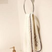 我家里面搞卫生间还是比较轻松的,没有多余的造型墙面上面就是简单的墙纸。
