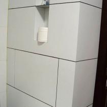 卫生间内包管子的假墙,在假墙上作了一些放东西的小格子