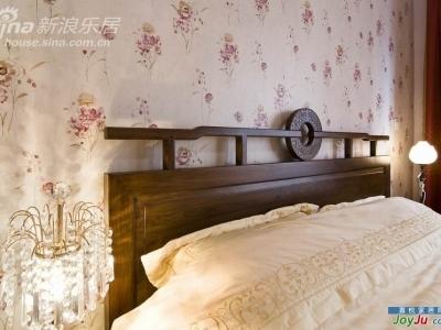 这是主卧的床, 订做的, 据说是集艺堂的款式, 个人最喜欢中间雕龙凤的环, 看起来还有点象古钱币, 所以我叫它钱床, 能生钱的床啊,嘻嘻
