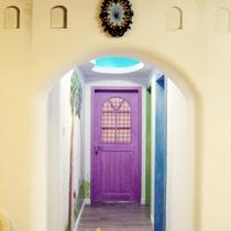 从城堡门往里走是童话世界的长廊。旁边,是三个不同颜色的空间