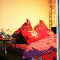 红色的碎花床单,暖暖的很适合冬天