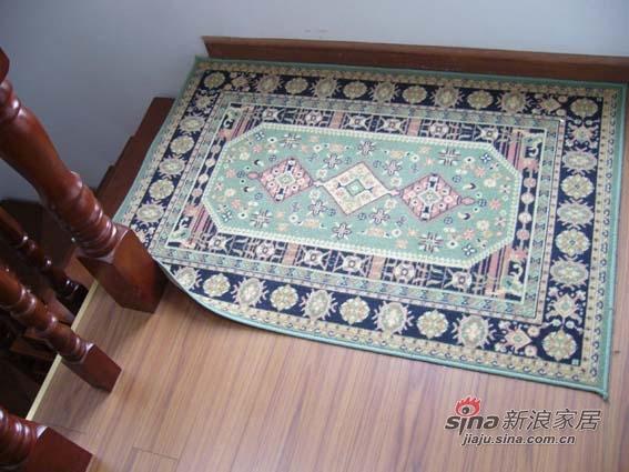 二楼楼梯转台上的地毯,功能是防止从落地窗飘入的雨把木地板弄湿