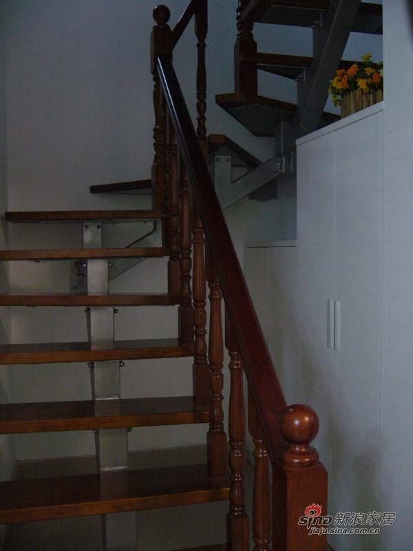楼梯间做成了三个呈梯形的储藏柜