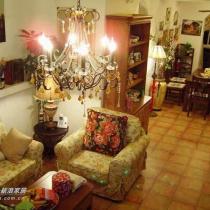 水晶吊灯是客厅的重点,地砖花纹的地板是另一个亮点