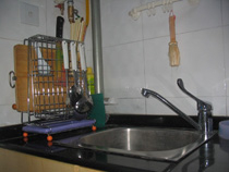 厨房的水池也买的是单盆,配置沥水篮。这样左右两面的空间就可以了节省下来,  左面买了一个组合器具架,可以放案板,刀具、锅铲、筷勺,背面还可以挂布巾,即整齐又方便。右边洗碗洗菜也有个放的地方。