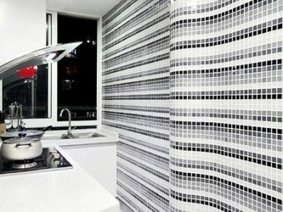 离开厨房,厨房很狭长,整面墙都是彩色马赛克