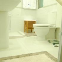 主色调是白色和绿色,墙砖用的泛绿的亚光白色小砖,加上绿色瓦楞纹的腰线,点缀部分木头家具,希望能够突出安静和温暖的感觉。地上是浅绿色踏垫,毛巾其实现在用的也是绿色,拍这张照片的时候正好毛巾洗了,就用了白色的代替着