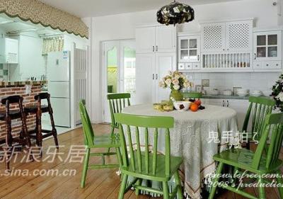 厨房上的小碎花装饰雨遮是为了隐藏那根从客厅直伸过来的大梁,因为按梁底封平楼高太矮,这样通过吧台进入厨房的时候空间又高起来了