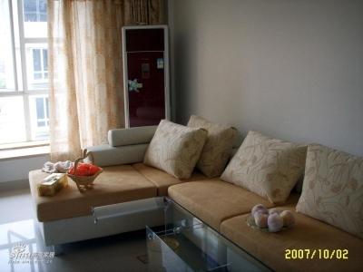 这个是沙发,茶几还没摆好呢