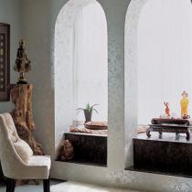 客厅一侧的拱门设计,是主人改建的一处茶室,拾级而上,倚垫而坐,茶香袅袅,实在是让人艳羡的静谧之处