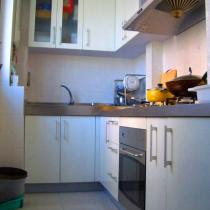 厨房只有巴掌那么大,两人一起进来,就转身困难了