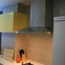 厨房采用灰色的墙面转以及黄色的烤漆面板,SIEMENS的冰箱,油烟机,炉灶和洗衣机