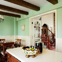 英式田园厨房。开放式的厨房设计,厨房与餐厅在一个空间里,充满生活气息的悠闲,中间橱柜岛给烹饪准备食材提供了足够的操作空间。