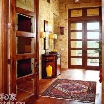 案例中的玄关,家具、门框全采用红木,自然带上了红色调的整体色彩感,那么在选择地毯时可以选择与红色搭配和谐的地毯配色,或是红色系地毯,这款红色雪尼尔提花地毯,不仅配色和谐,精致的地毯图案,还凸显出主人优