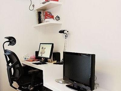 换个角度看一下吧~电脑桌跟电视柜同在一张桌子上哦~