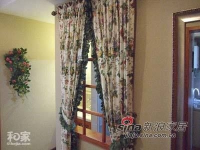 进门就看见了一扇飘窗和碎花窗帘,网友能看出窗子后面的风景吗?