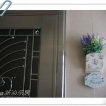 先看看我家门口~欢迎牌和花插网上淘的~美丽的小花是在广州一德路淘的~便宜~几块钱
