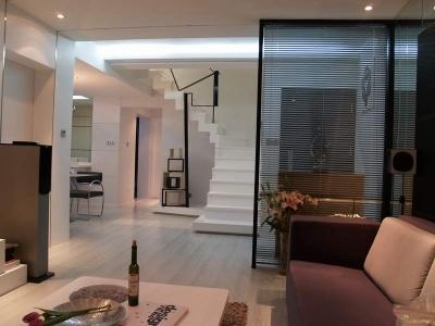 从客厅看楼梯