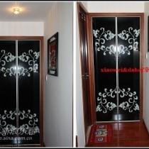 储藏室的移门为对门拉开,黑色拷漆配对称花型,视觉为之一亮,新款的拉框,既可以受力,又比较具有质感。铺了地毯的这间是卫生间,后面会专题介绍