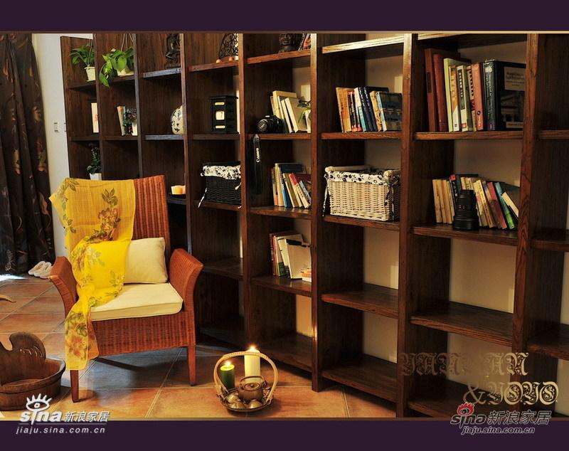 壁炉对面的超大书架