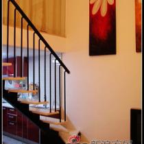 楼梯拐角处相同的壁画,很漂亮