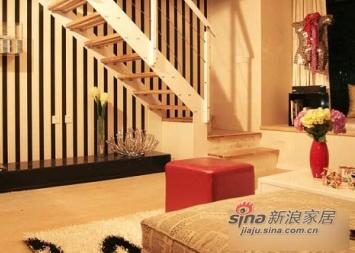 客厅电视墙,飘窗上的雕塑玩偶很别致。通往二层的楼梯设计的空间感非常好,能让73平米的小屋住出别墅的感觉。