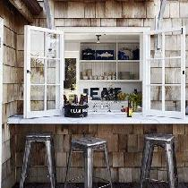在户外吧台就餐很浪漫有木有?推开窗户,左手一杯红酒,右手一份sandwich,清晨的阳光洒满庭院,伴着微风,这样的早晨惬意又美好。小哥想想就心动啊!