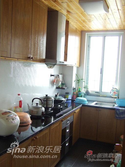 乱七八糟的厨房,全部木工(因为预算有限,所以全部自己买木料,木工打造。造价大概2500,比起整体厨房便宜多了。)