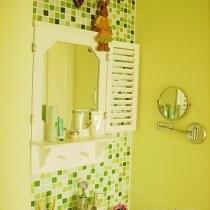 一直喜欢马赛克,所以在洗手台的设计上也是大面积的使用。虽然贴马赛克还有填缝是个不小的工程,但效果还是满意的