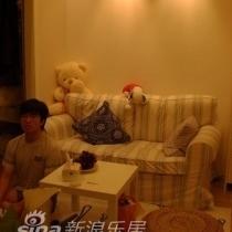 再来张大爱的沙发,LG露个小脸。。。(其实是大脸)