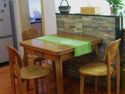 餐厅,位于玄关和客厅之间,也是用一堵矮墙隔出来的
