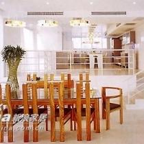 为了让一楼大厅有所变化,厨房部分抬高了地面的高度,形成了一个复式的小厨房