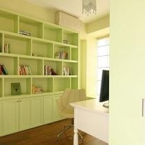 书房同时也是家庭工作区域,白色的工作台+嫩绿色的壁橱(可以放很多书籍杂志)+简约设计感十足的吊顶