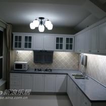 下面是厨房。整体厨房是自己做的,柜体是杉木集成材刷清漆,门子用了新材料,是塑料的,现场造型喷漆。瓷砖仅仅贴了上下柜之间的墙面,省钱。右面柜子后面还有一个房间,门被堵起来了,不然厨房利用受限制