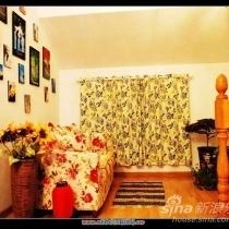 一上楼右手(北面)是我的休闲区,漂亮的沙发就在这里.墙上是电影海报.嘿嘿因为我们两口子爱看电影.沙发套子和窗帘是千棵树的意大利玫瑰做滴.超级好看,我们家阁楼几乎都是他们家的东西