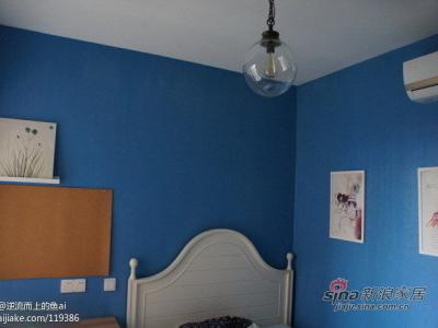 墙面漆,纯蓝色。肥皂泡的吊灯。很好看。