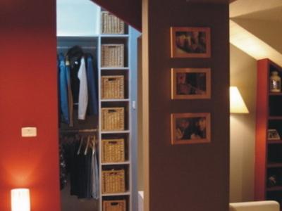 二楼卧室,可以看到卧室、衣帽间和视听区的分隔柱
