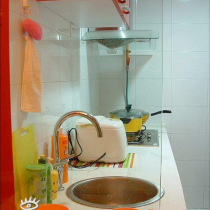 餐桌和厨房用玻璃隔断,我蛮喜欢这个创意的,这样也显得厨房比较明亮