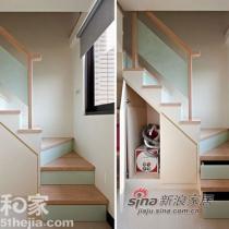 通往阁楼的造型回梯,在阶梯侧面也以此为材,比起一般常见的木材外,视觉更加轻盈,也更易于清洁、处理,在每一梯面下,规划入抽屉,并且另用梯下畸零地,规划出小型储物间