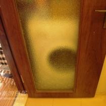 门后面,是洗衣机和热水器